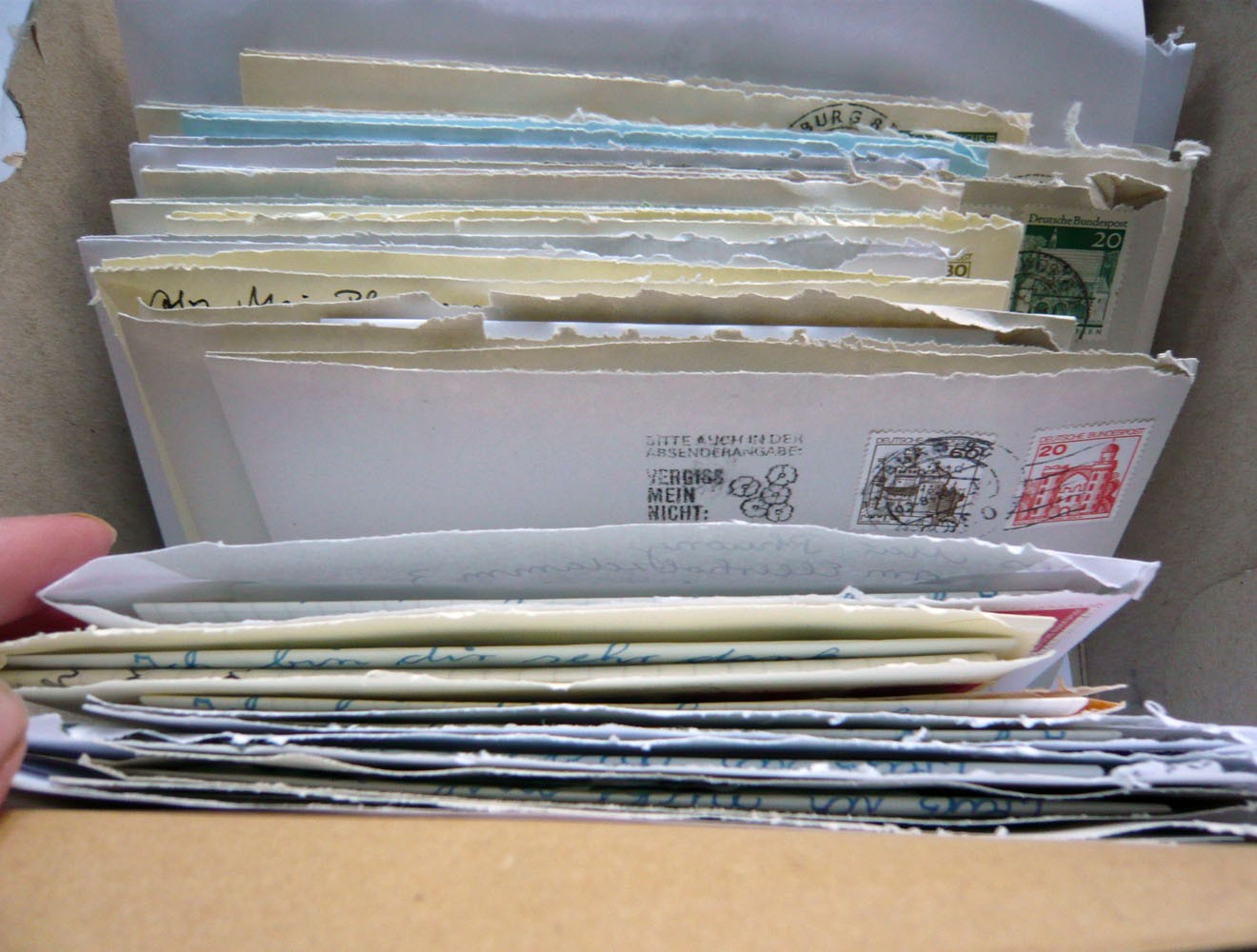 Spezialrequisite // Kiste mit aufgerissenen Briefen